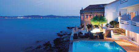 Piscine et hôtel sur la mer